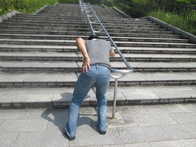 腰を痛める男性