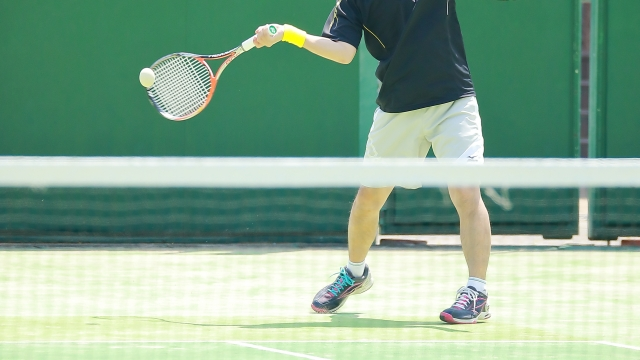 テニスをする男性