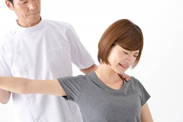 腕が痛い女性