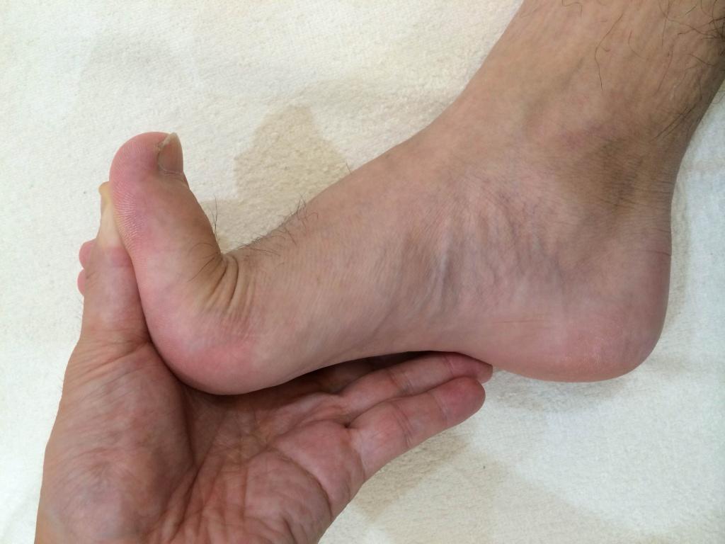 男性の足の親指