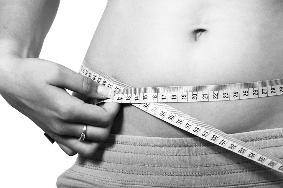 お腹のサイズを測る女性