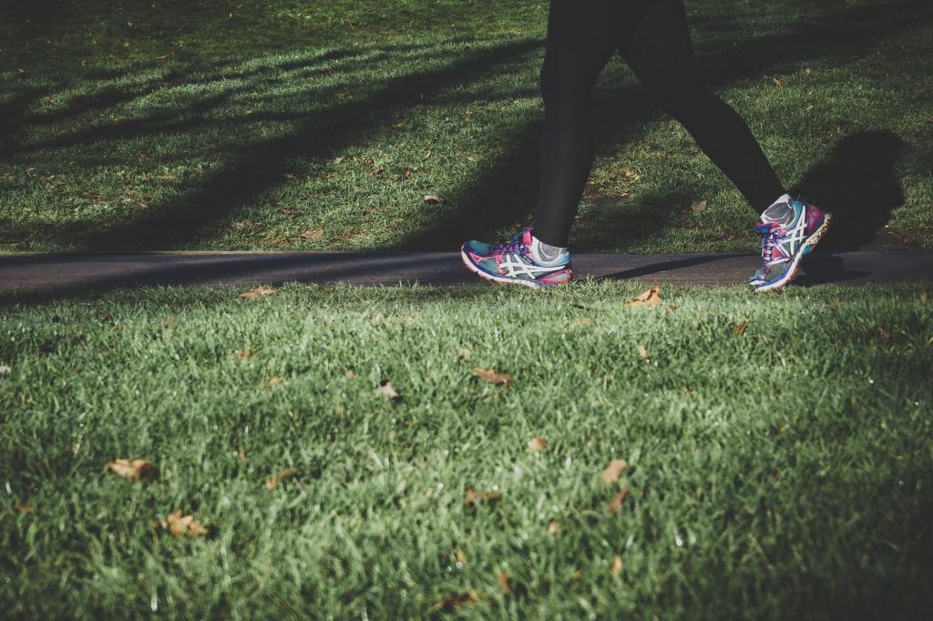 公園を歩く女性