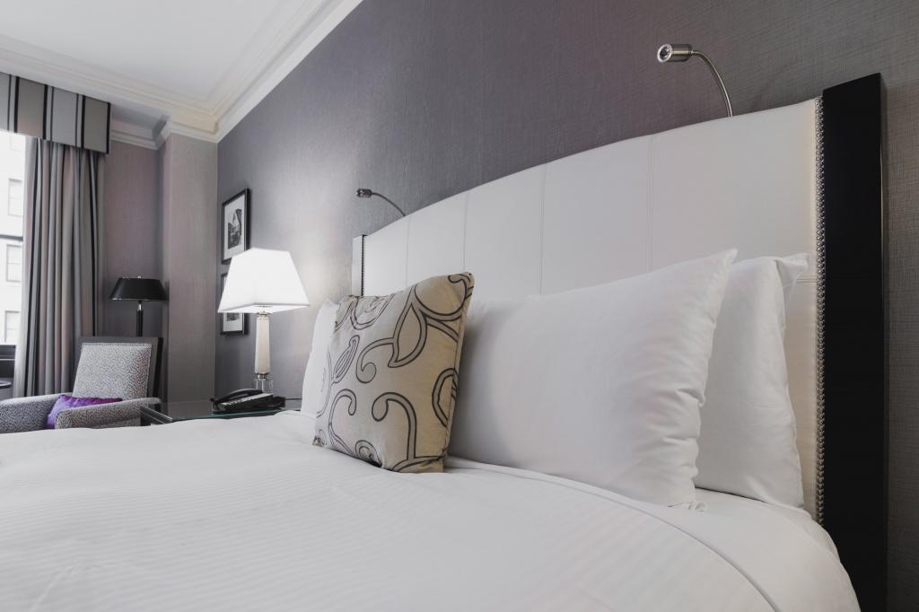 明るいホテルの部屋のベッド