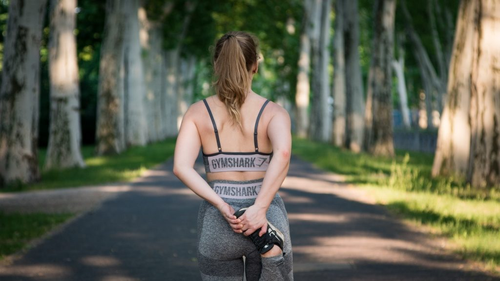 ジョギングの前にストレッチをする女性
