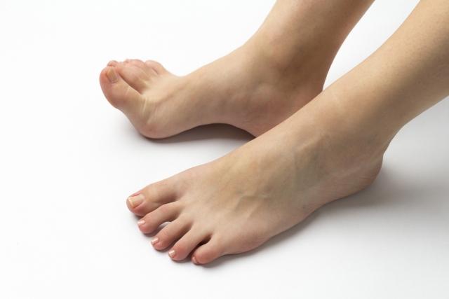 裸足の女性
