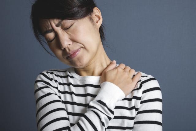 首を痛める女性