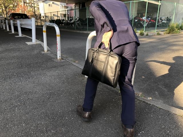 鞄を持って歩く男性