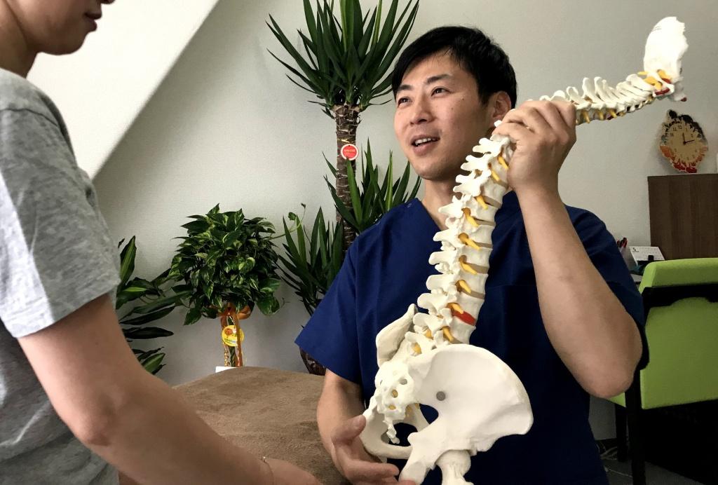 院長と骨模型