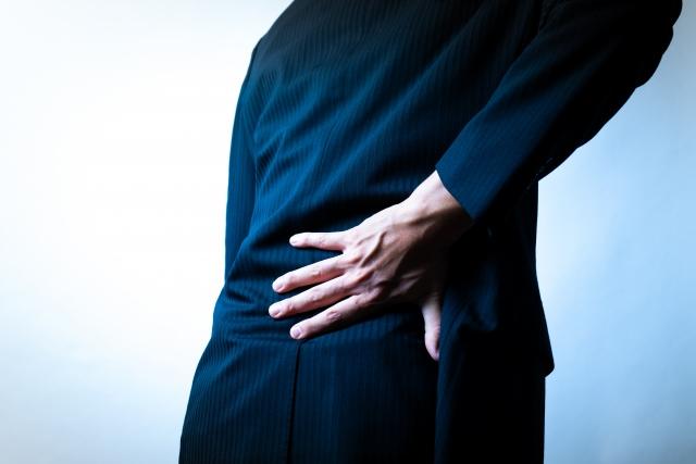 右腰が痛い男性