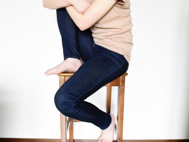 片足を上げる女性